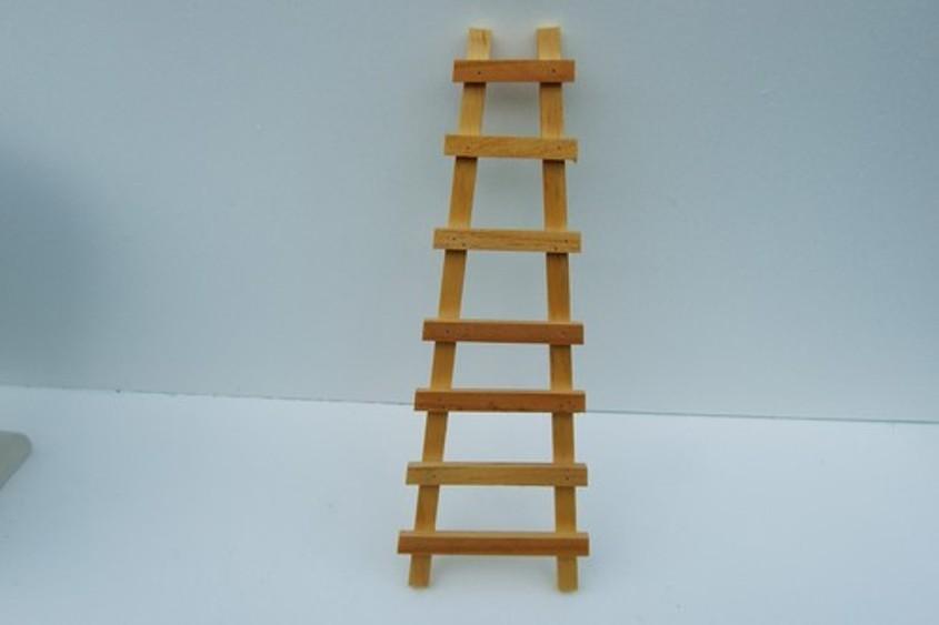 Использование деревянной приставной лестницы