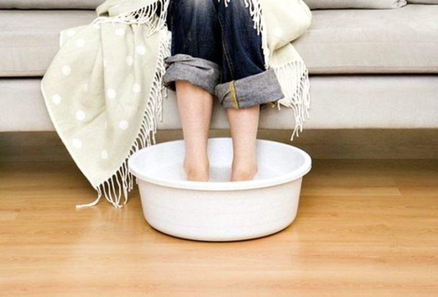 Как согреть ноги в горячей воде