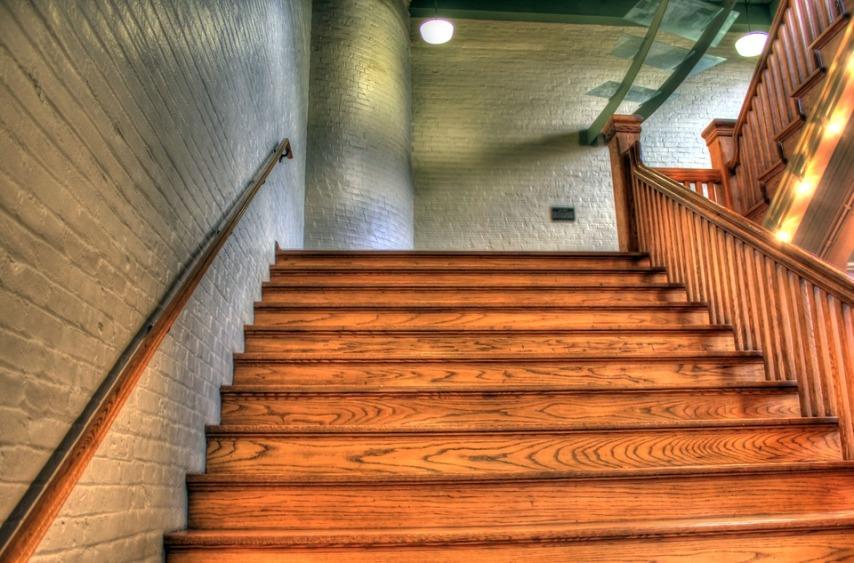 Отличие красок и лаков для деревянной лестницы
