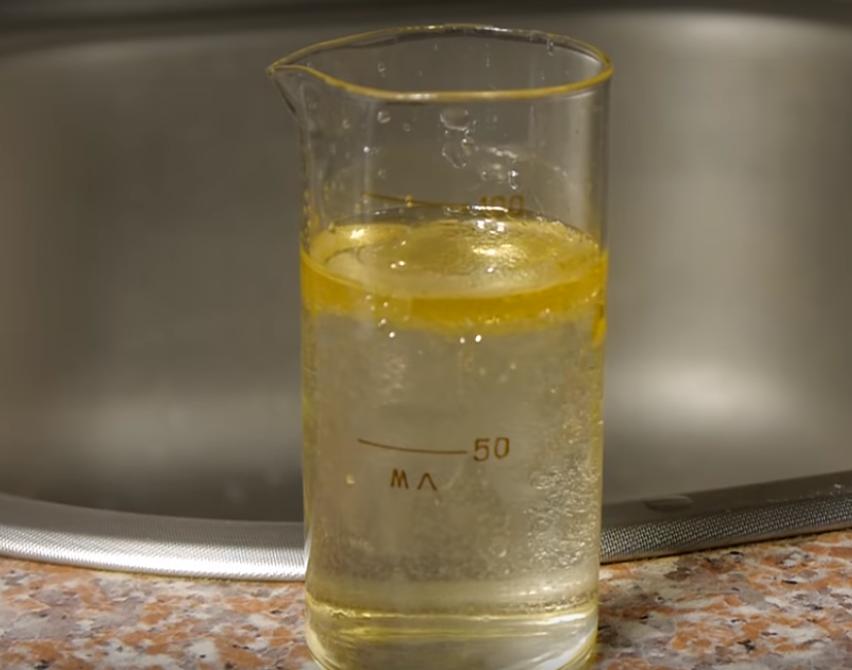 Масло на поверхности воды