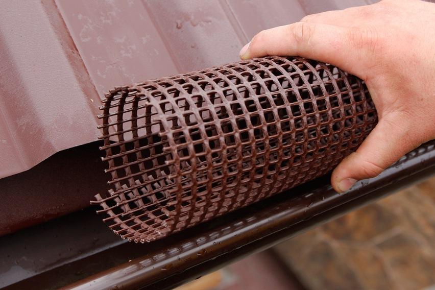 Пластиковая сетка в желобе