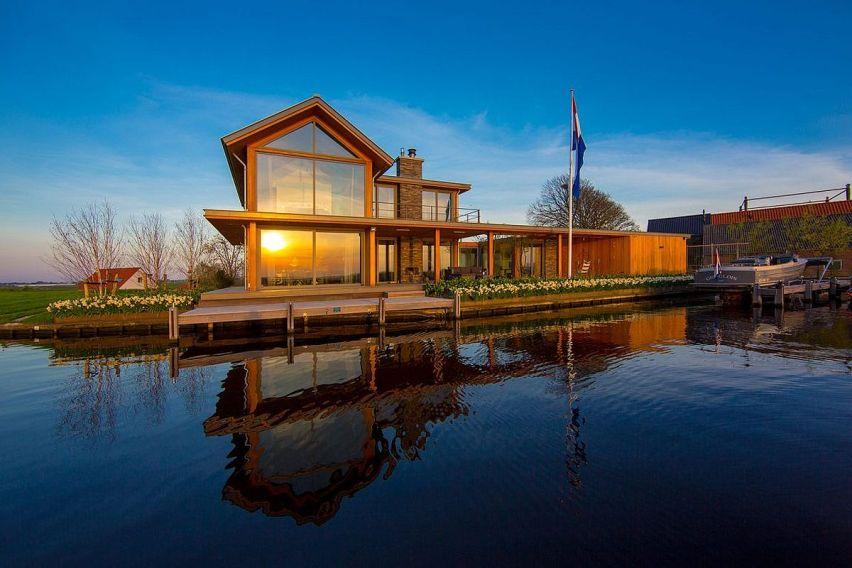 Дом, расположенный около воды