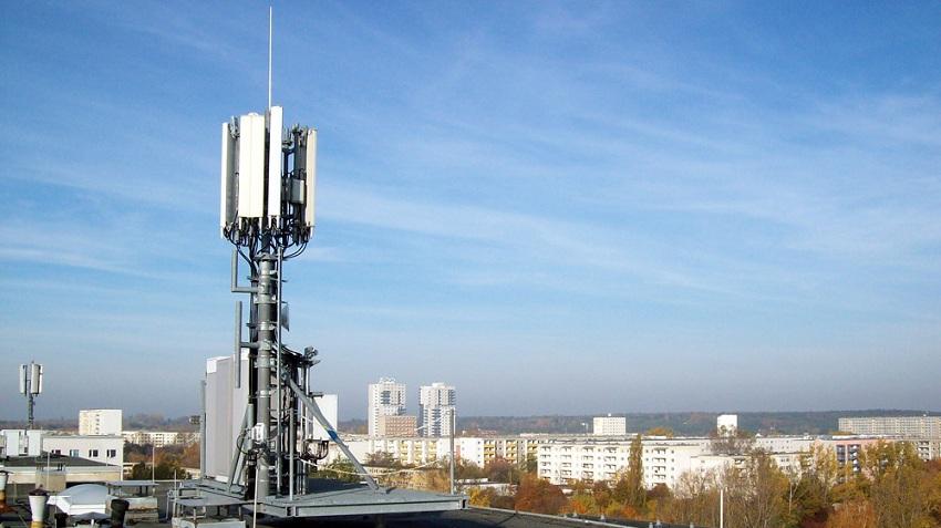 Телефонная вышка на крыше многоэтажного дома (фото 5)