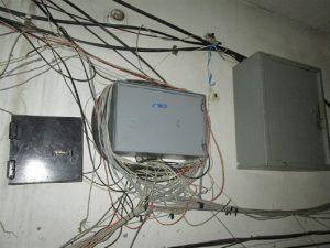 Жгуты проводов возле электрощита: Как заставить интернет провайдера навести порядок в подъезде