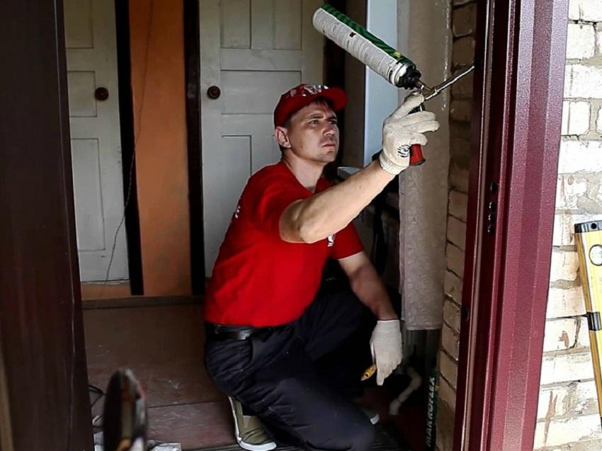 Установка входной двери: Заполняем пустоты строительной пеной