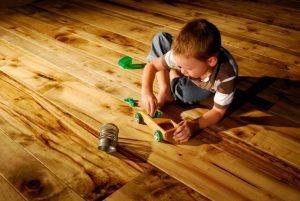 Ребенок на деревянном полу