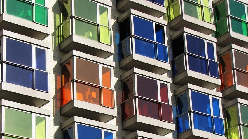 Цветные тонированные балконы многоэтажного дома