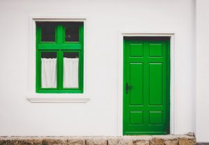 Деформация деревянной входной двери