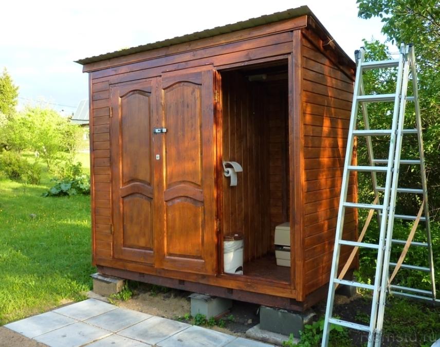 Деревянные туалет и душ