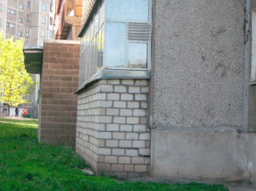 Подвал под балконом
