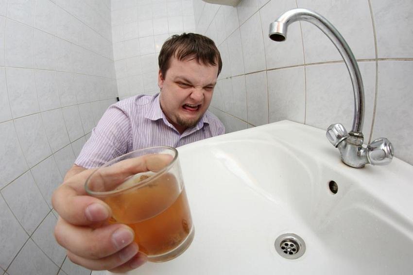 Реакция мужчины на грязную воду