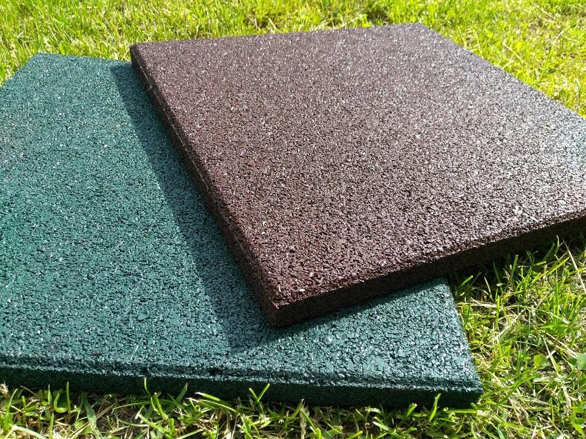 Резиновая плитка на траве