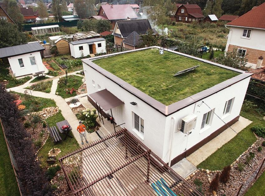 Дом с плоской крышей и травянистым покрытием