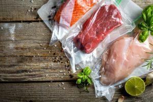 Мясо, рыба и курица запаянные с помощью вакуумного упаковщика