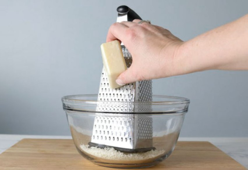 Натираем мыло на терке