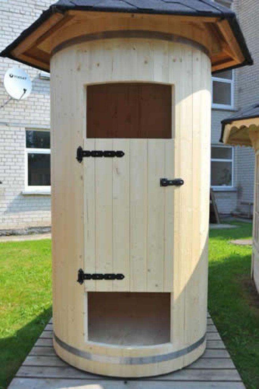 Круглый деревянный туалет