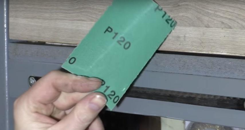 Кусок наждачной бумаги