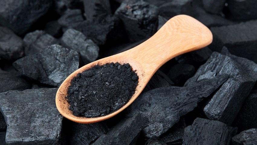 Древесный уголь на деревянной ложке