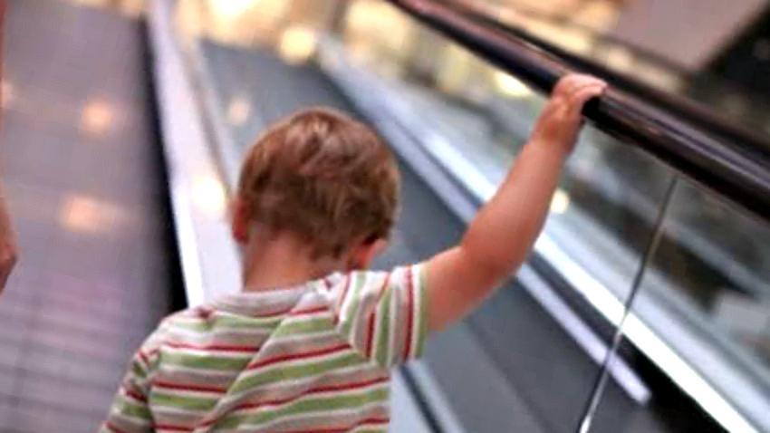 ребенок на эскалаторе