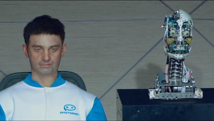 """Робот-двойник человека и """"голова"""" машины без верхнего покрытия"""