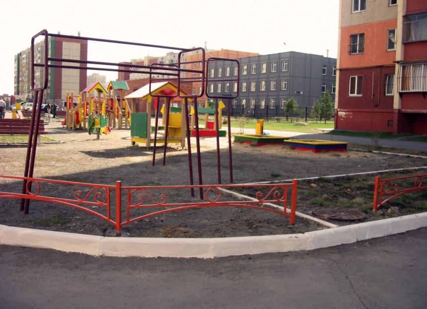 Детская площадка с ограждением