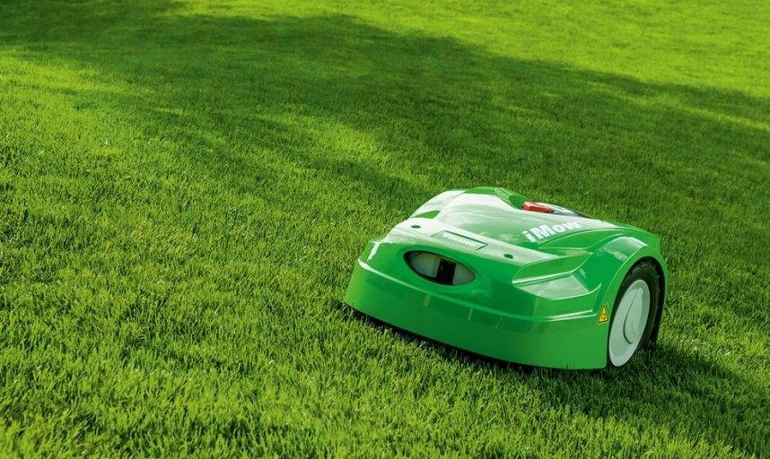 робот-газонокосилка на ровном газоне