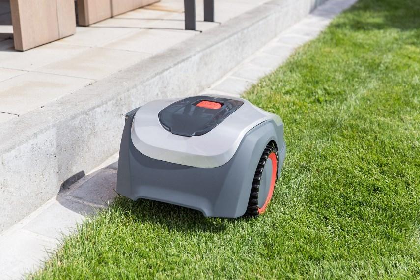 Робот-газонокосилка у стены