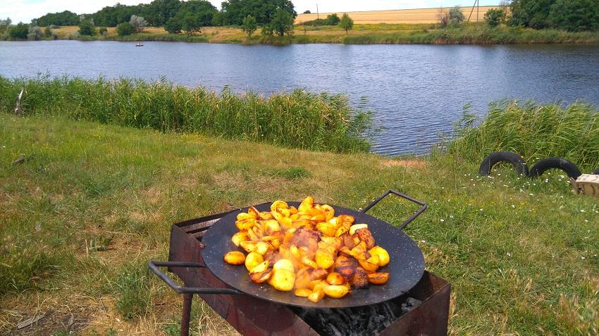 Сковорода на мангале возле воды