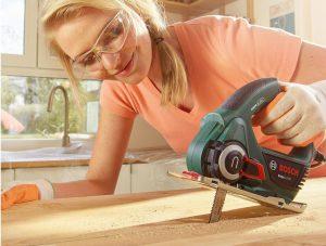 Женщина с мини-пилой Bosch EasyCut 50