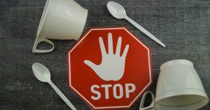 В РФ введут запрет на одноразовую пластиковую посуду