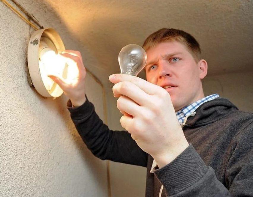 Кто должен менять лампочки в подъезде