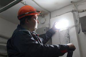 Кто меняет лампочки в подъезде