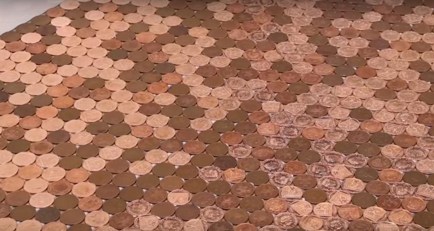 Узоры из монет на полу