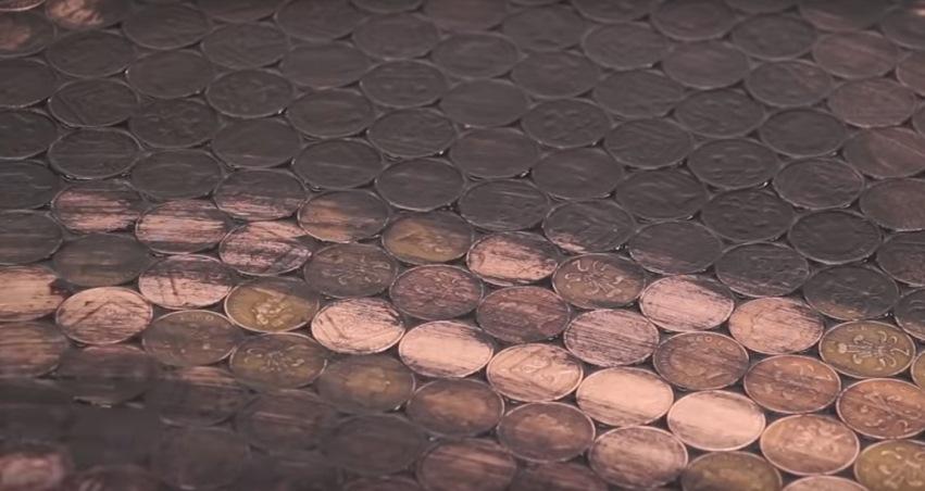 Протирание монет, уложенных на пол