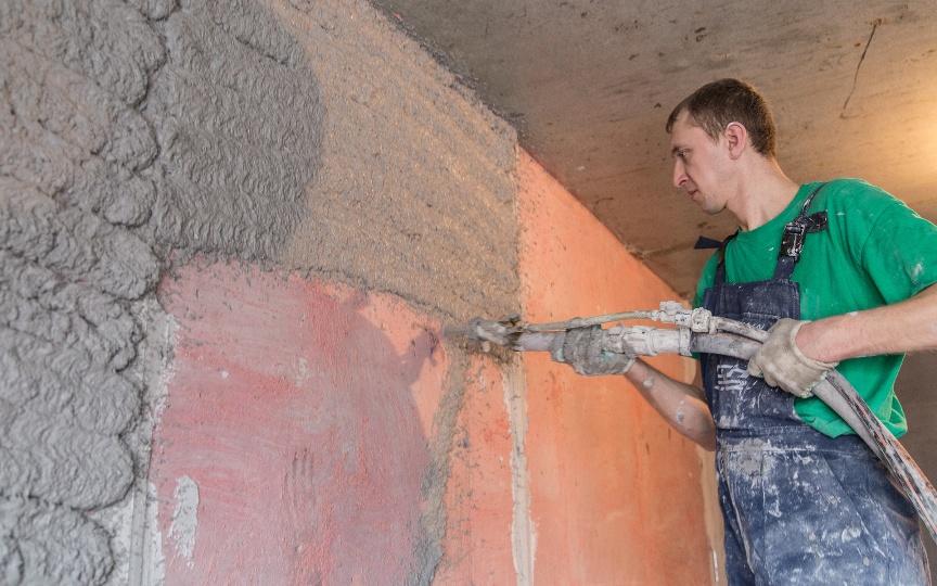 Как выровнять стены перед отделкой: мокрый метод
