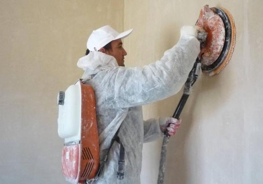 Выровнять стену штукатуркой