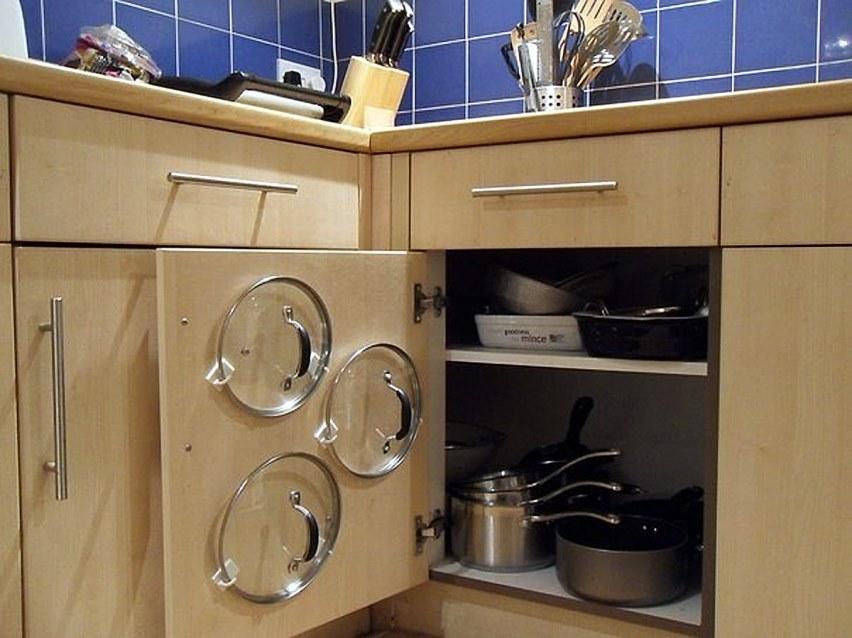 Зонировать кухню: держатели на дверках