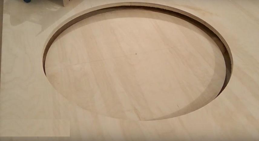 Большой фанерный круг, вырезанный с помощью фрезера