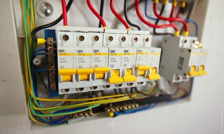 Электрический провод в щитке управления