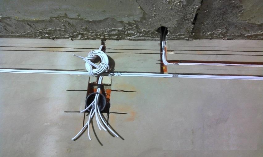 Электрический провод в штробе