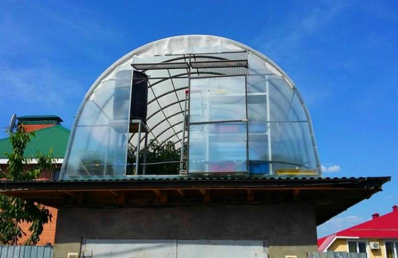 теплица на крыше кирпичного гаража