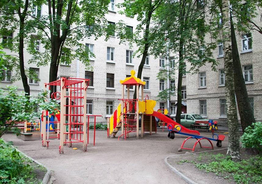 Квартира на первом - детская площадка
