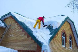 Как очистить крышу частного дома от снежного покрова