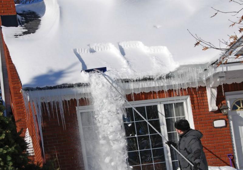 Снег и сосульки могут представлять опасность