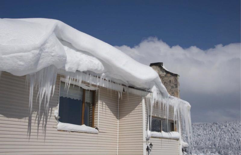 снег с крыши нужно убирать