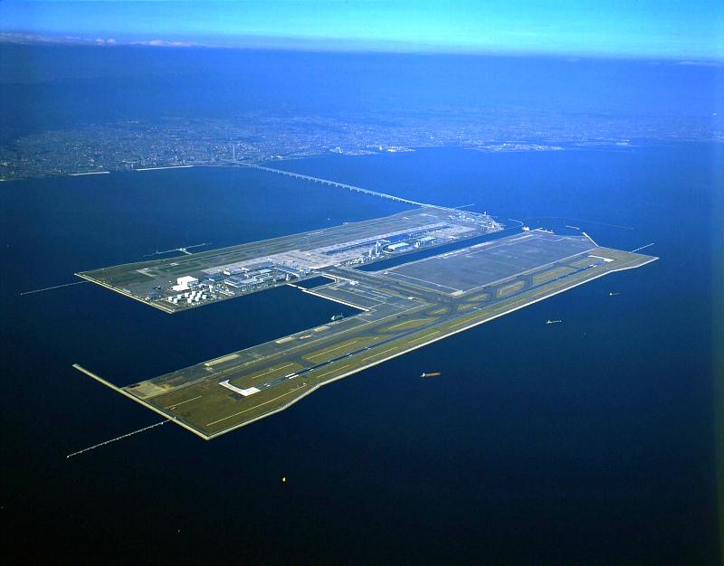 На рукотворном острове из мусора строят даже аэропорты