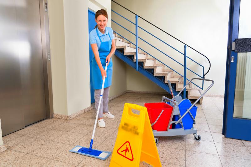 Обязанности по уборке подъездов в МКД лежит на УК