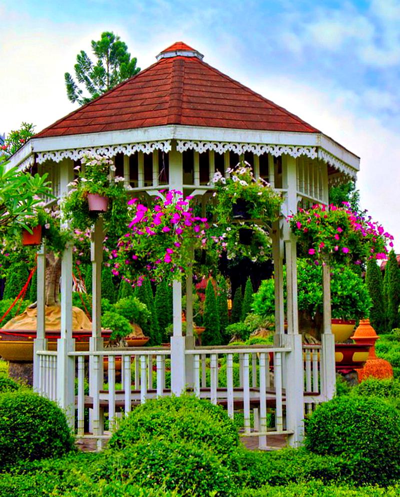 Подвесные корзины с цветами