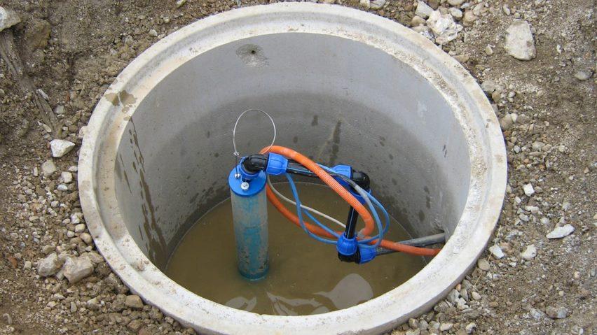 Управлением уровнем воды в скважине