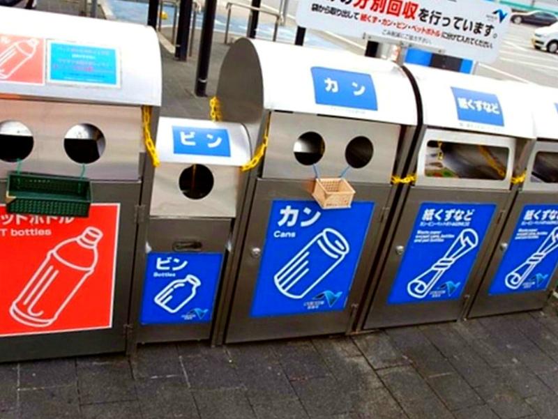 Японцы сортируют мусор даже в урнах
